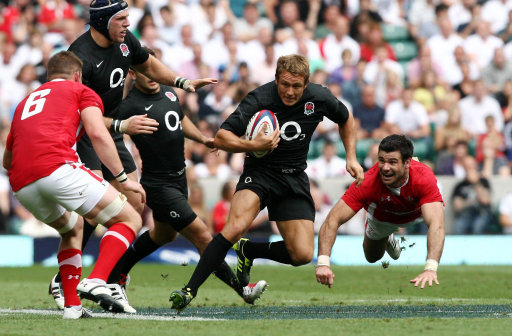 Englands Jonny Wilkinson evades Waless Mike Phillips during the Investec International at Twickenham