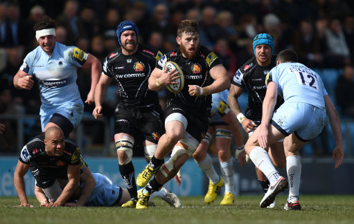 Exeter Chiefs Luke Cowan-Dickie (centre) makes a run towards the Worcester Warriors defence during t