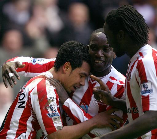 2009-04-09 - Sunderlands Kieran Richardson (l) is congratulated by his team mates Dwight Yorke (c) and Kenwyne Jo