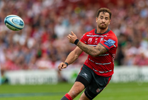Danny Cipriani throws a pass to set up their second try during the Gallagher Prem